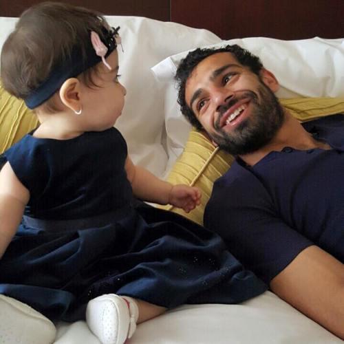 صور مكة بنت اللاعب محمد صلاح , صور اللاعب محمد صلاح في المسبح مع بنته