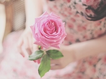 بنات مع ورد , صور بنات مع الورد , صور بنات ماسكه ورد