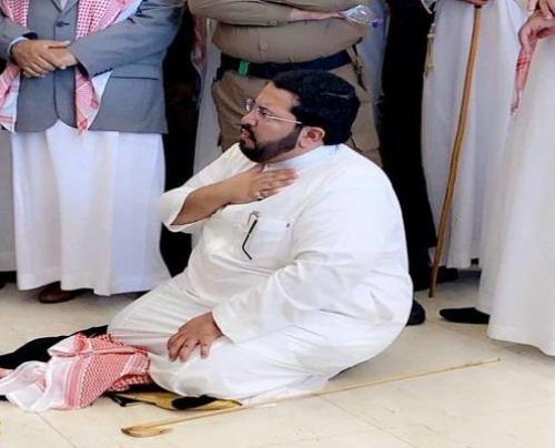 وكيل شيخ شمل قبائل قحطان ووادعة عبدالله ابن دليم يخلع بشته و شماغة و يجلس على الارض