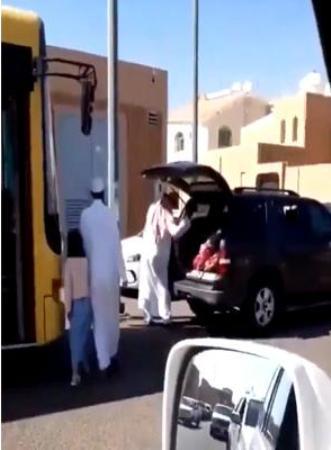 بالصور اب سعودي يضرب بناته عند باب المدرسة في حائل السعودية
