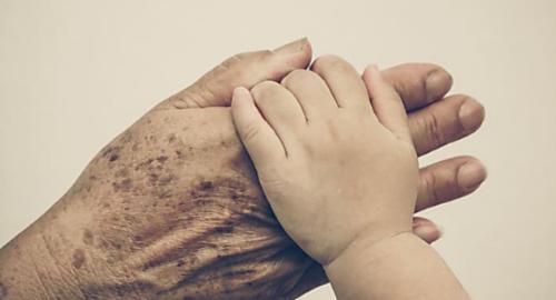 سبب ظهور البقع البنية و السوداء على يد و وبشرة جلد كبار السن