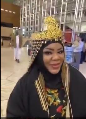 ام عائض تستقبل فرقة monsta x الكورية في مطار الرياض