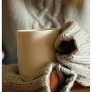 صور قهوة الشتاء 2018 , قهوة في الشتاء البارد , صور بنت تشرب قهوة بالشتاء
