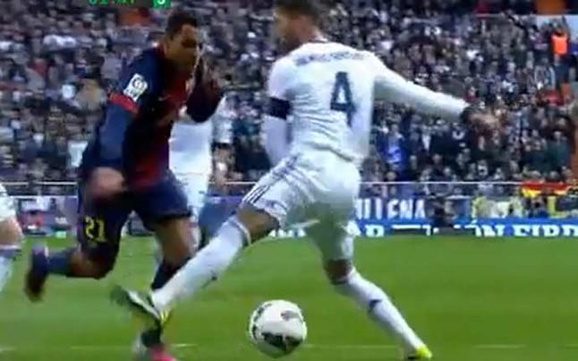 السبورت : بيريز لاسا يمنح ريال مدريد الفوز ويحرم برشلونة من ركلة جزاء