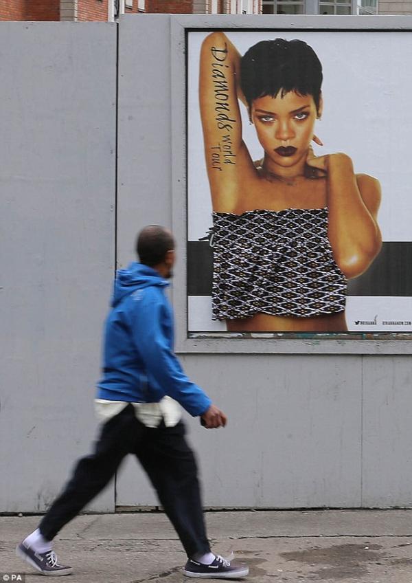 شاهد لوحات إعلانية للنجمة ريهانا فى ايرلند امن اجل التسويق لحفلها الغنائي