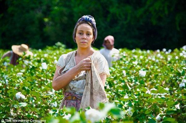 احدث صور صورةً للنجمة ماريا كاري وهي تلعب دور عبدة في الحقل في فيلمها الجديد The Butler