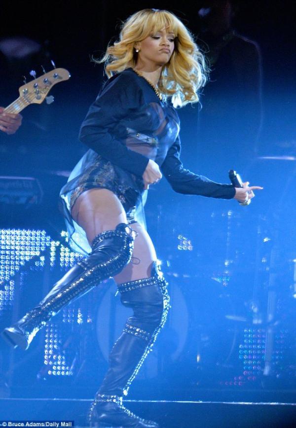 احدث صور ريهانا من حفلاً غنائياً في بريطانيا حضره 60 ألف شخص 2013