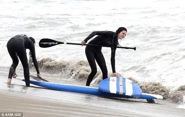 احدث صور لنجمة تلفزيون الواقع كيندل جينير أوقاتاً ممتعةً على شاطئ الماليبو 2013
