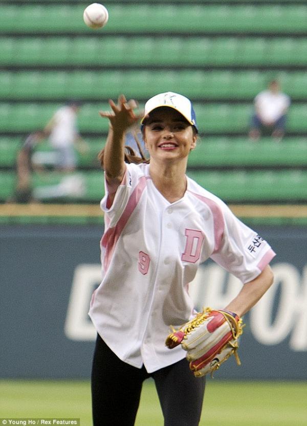 بالصور افتتحت عارضة الازياء الأسترالية ميراندا كير البطولة الكورية في البيسبول 2013