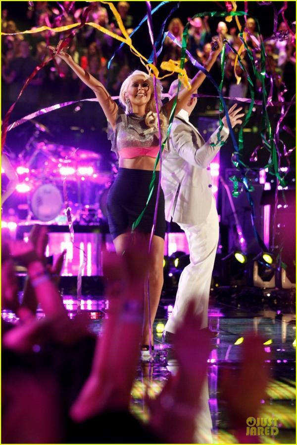 احدث صور النجمة كريستينا أغيليرا على مسرح The Voice في كاليفورنيا 2013