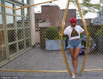 صور النجمة بيونسية من جلسة تصوير واستعرضت بيونسيه قوامها المثالي مرتديةً شورت جينز قصيراً جداً 2013