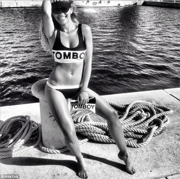 صور المغنية البريطانية ريتا أورا على شاطئ البحر في مالطا 2013