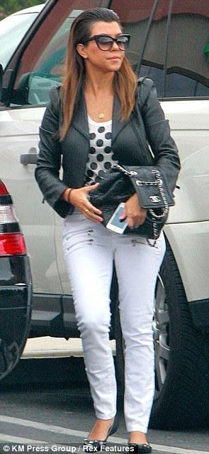 صوراً لنجمة تلفزيون الواقع كورتني كارداشيان حيث توجهت لتناول الغداء فى مطعم Label's Table 2013