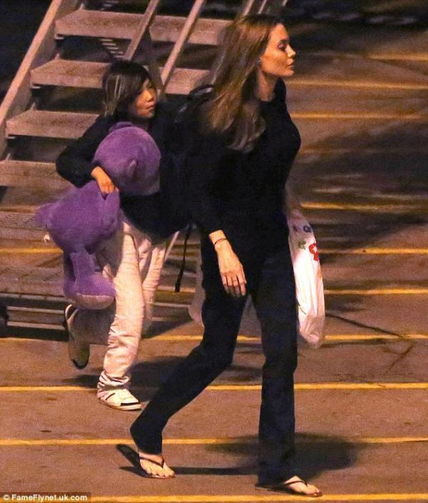 بالصور وصلت النجمة أنجلينا جولي إلى مطار لوس أنجلوس بعد تواجدها في نيويورك 2013