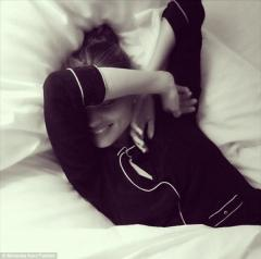 صور ارضة الأزياء ميراندا كير صورةً لها تظهرها وهي نائمة في سريرها 2013