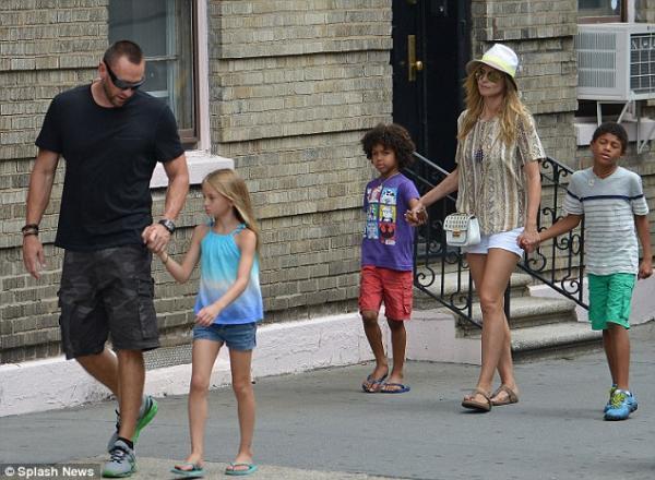 صور النجمة هايدي كلوم برفقة حبيبها مارتين وأطفالها الأربعة 2013