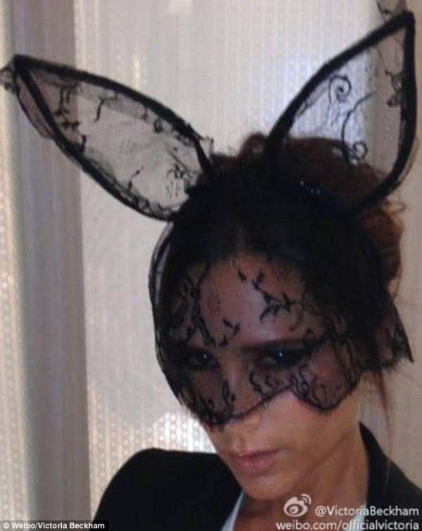 صور النجمة فيكتوريا بيكهام وهي مرتديةً أذني أرنب مصنوعة من الدانتيل 2013