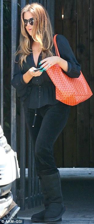 صورا لنجمة تلفزيون الواقع كريس جينير من سيارتها من اجل دخول ستوديو في كاليفورنيا 2013