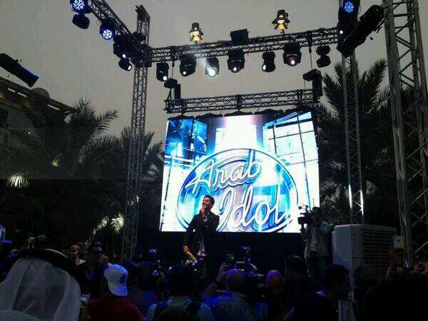 صور نجم ارب ايدول 2 محمد عساف مع الجمهور مقر ال mbc بدبي 2013