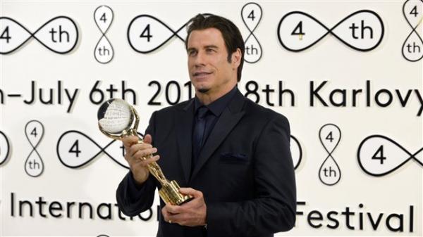 بالصور النجم جون ترافولتا يحصل على الكرة البلورية فى مهرجان كارلوفي فاري 2013