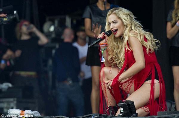 صور النجمة ريتا أورا على مسرح بيراميد أطلت بفستان أحمر تتدلّى منه الحبال 2013