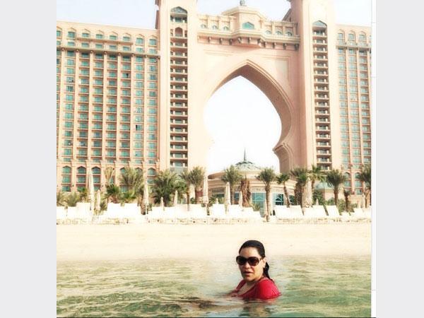بالصور النجمة احلام تسبح في أتلنتس دبي حيث ارتدت مايوة محتشم جداً 2013