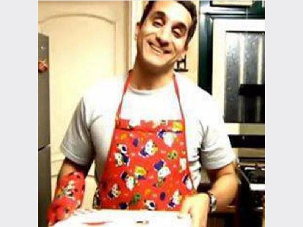 صور اخر مسخرة لباسم يوسف وهو يرتدي مريلة المطبخ