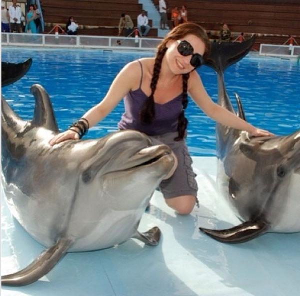 صور مي عزالدين بالشورت قصير مع الدلافين في حمام السباحة 2014