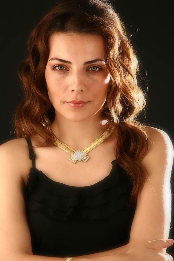 صور روعة للممثلة Burcu Kara