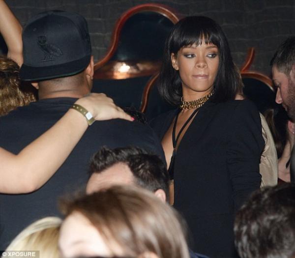 صور ريانا برفقة درايك في حفله في باريس ، وأدى النجمان Pour It Up و Take Care 2014