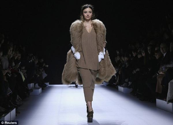صور العارضة ميراندا كير على المسرح في أسبوع الموضة في باريس 2014