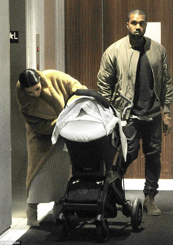صور كيم كارداشيان في مطار جون إف كينيد تحمل إبنتها نورث وتغمرها بالقبلات