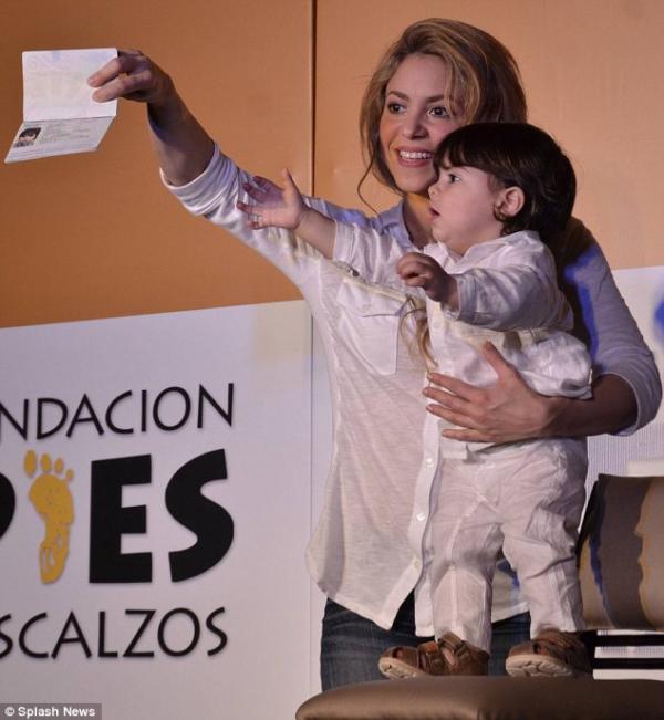 صور ميلان بيكيه إبن النجمة شاكيرا الكولومبية فى افتتاح مدرستها Pies Descalzos