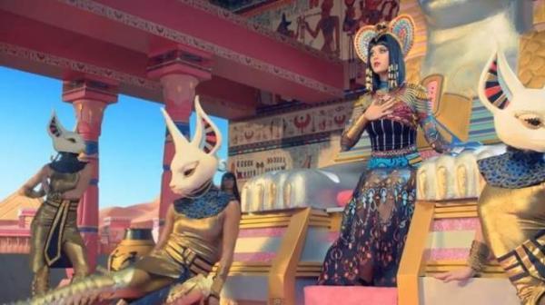 صور كايتي بيري من الفيديو كليب الجديد الأغنية Dark Horse مجسدة دور الملكة الجميلة