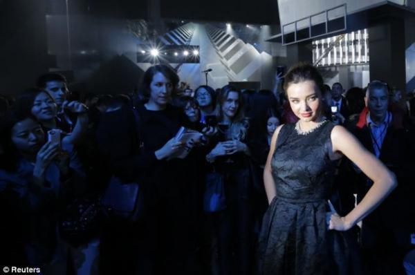 صور ميراندا كير عرض أزياء لمجموعة الملابس الجاهزة لخريف شتاء 2014