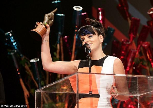 صور ليلي ألين أمس في حفل توزيع جوائز NME awards 2014 في لندن