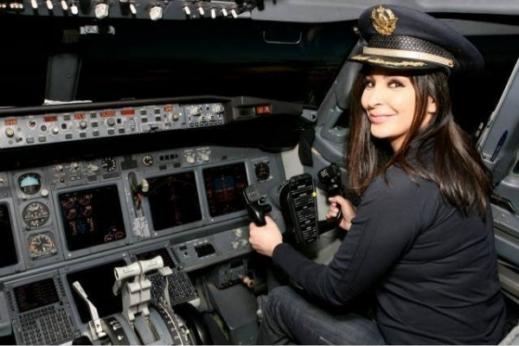 صور اليسا أثناء تواجدها داخل غرفة التحكم بالطائرة مرتدية زي الكابتن 2014