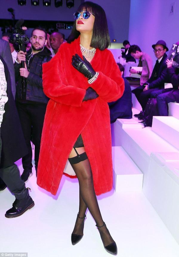 صور النجمة ريانا عرض كريستيان ديور لخريف 2014 -2015 ضمن أسبوع الموضة في باريس