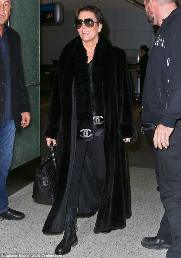 صور كيم كارداشيان في مطار لوس أنجلوس برفقة والدتها كريس جينر وإبنتها نورث