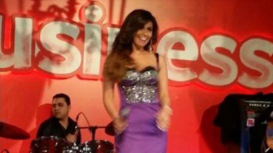 صور مي سليم في حفل غنائي لاحدى شركات المحمول في مصر ارتدت فستانا لونه موف وطويل