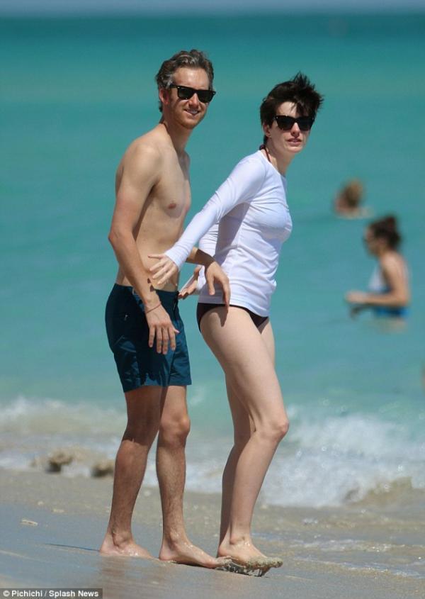صورا آن هاثاواي على شاطئ ميامي آن برفقة زوجها مصمم المجوهرات 2014