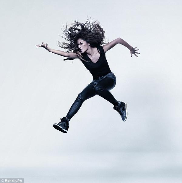 صور نيكول شيرزينغر في جلسة تصوير جديدة وهي تقفز عالياً لthe Oxfam's Lift Lives 2014