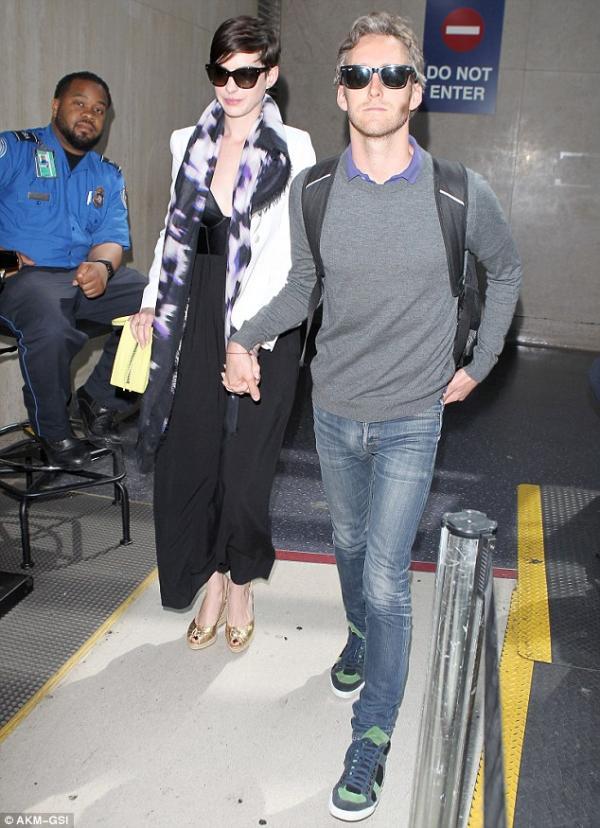 صور آن هاثاواى إلى لوس أنجلوس أمس وكانت آن برفقة زوجها مصمم المجوهرات 2014