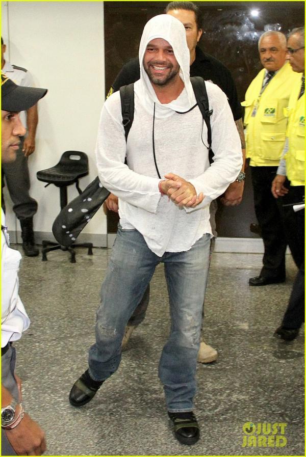 صورا ريكي مارتن أثناء وصوله إلى المطار في البرازيل وكان ريكي محاطاً بالمعجبين هناك 2014