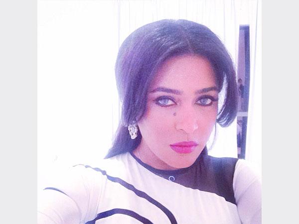 صور الفنانة السعودية وعد وهي ترتدي فستان شديد الضيق يظهر تقاسيم جسدها باللون الأبيض والأسود