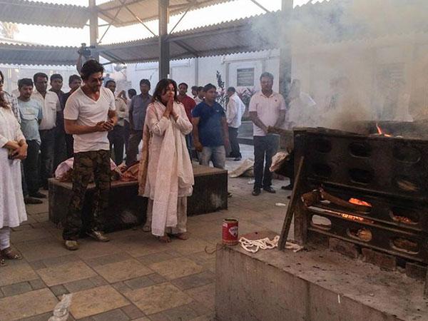 صور راجينيكنس شاه روخ خان ديبيكا بادوكون مراسم حرق جثمان شقيق النجمة جوهي