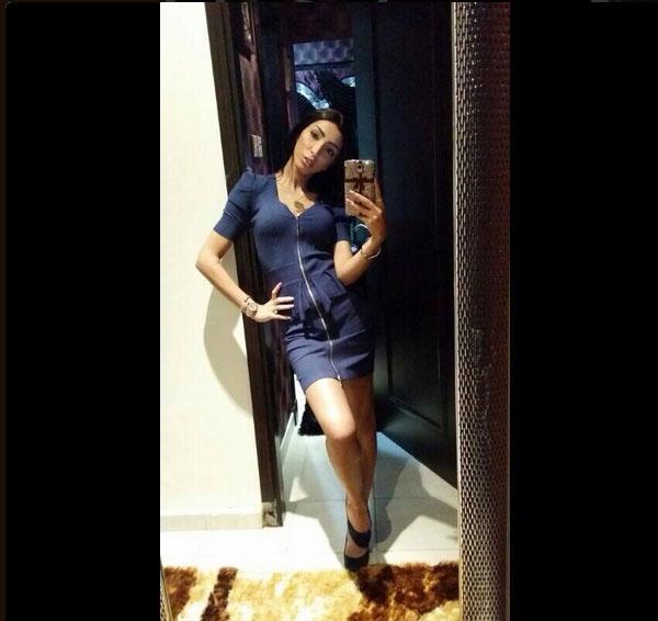 صور دنيا بطمة بفستان أزرق قصير وقفت به أمام مرآة تستعرض فيه قوامها بأوضاع جريئة 2014
