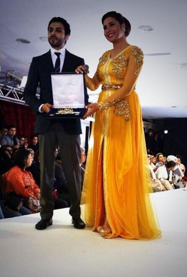 صور النجمة المغربية هدى بقفطان مغربي أصفر لامع وحبست أنفاس حضور الاحتفالية بجوارب ذهبية فى الاحتفال