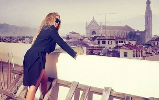 صور مايا دياب لجلسة تصوير جديدة ارتدت في اطلالتها شورت قصير ولفتت الأنظار بحذاء شبكي أسود