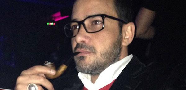 صورة محمد رجب وهو يرتدي بدلة أنيقة وهو يدخن البايب 2014